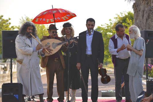 """Amal Ayouch, Avishay Benazra, Aziz Dades et Marcel Botbol dans le film marocain de Jérôme Cohen-Olivar, """"L'Orchestre de minuit""""."""