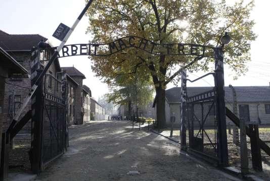 """L'entrée du camp d'Auschwitz, surmontée de l'inscription """"Arbeit Macht Frei"""" (""""le travail rend libre""""), en 2012."""