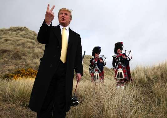 Donald Trump en mai 2010 en Ecosse où Michael Forbes, un pêcheur écossais de Balmedie, s'était  opposé à ce que le milliardaire construise un golf dans les dunes de sable, près d'Aberdeen.