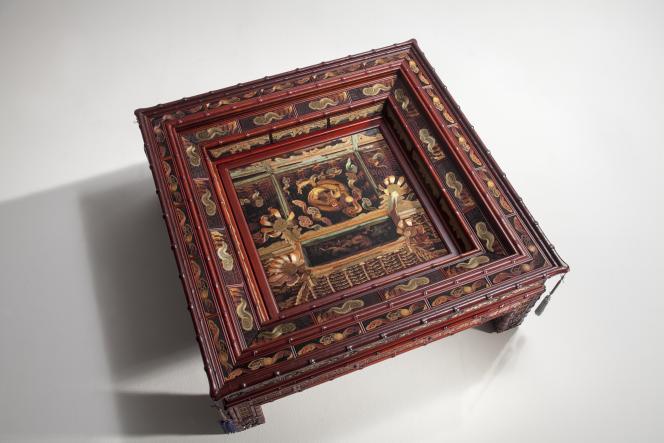Table basse en bois et broderie. Collection personnelle de l'artiste (Séoul).
