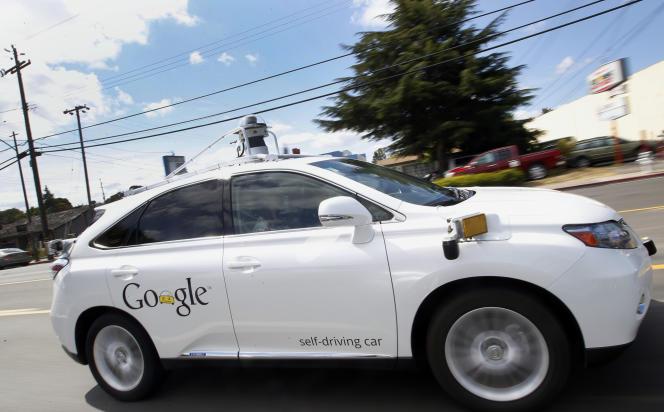 Une Lexus autonome de Google à Mountain View en Californie, près du siège de l'entreprise.