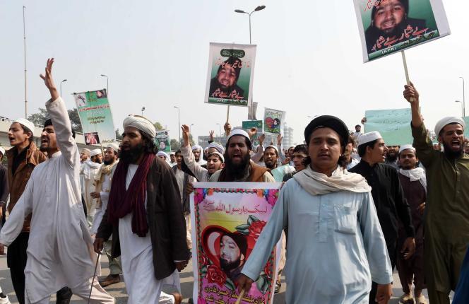 Des partisans de Mumtaz Qadri sont réunis pour protester contre son exécution, à Peshawar, le 29 février.