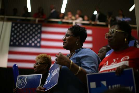 Des soutiens de la candidate démocrate Hillary Clinton, le 28 février à Pine Bluff, dans l'Arkansas.