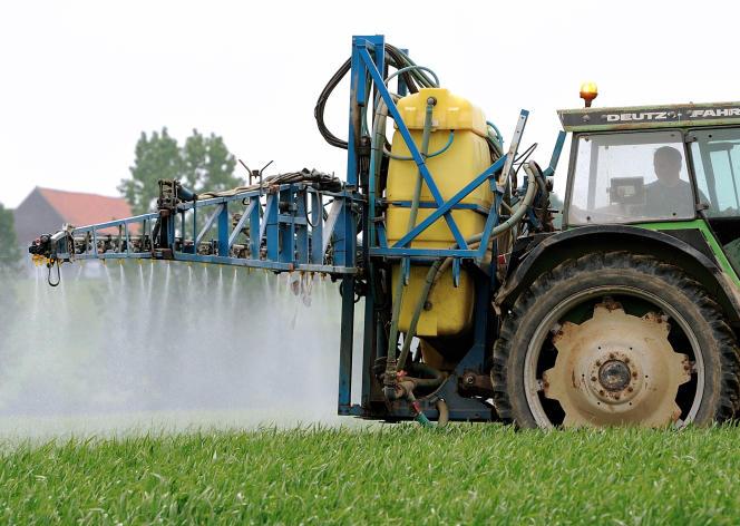 Un fermier aspergeant ses champs de pesticides à Godewaersvelde, dans le nord  de la France, le 11 juin 2013.