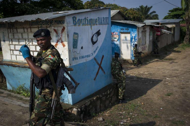 """Les soldats de l'Armée bouclent une partie du quartier """"contestée"""" de Mutakura à Bujumbura, au Burundi, le 26 Janvier 2016."""
