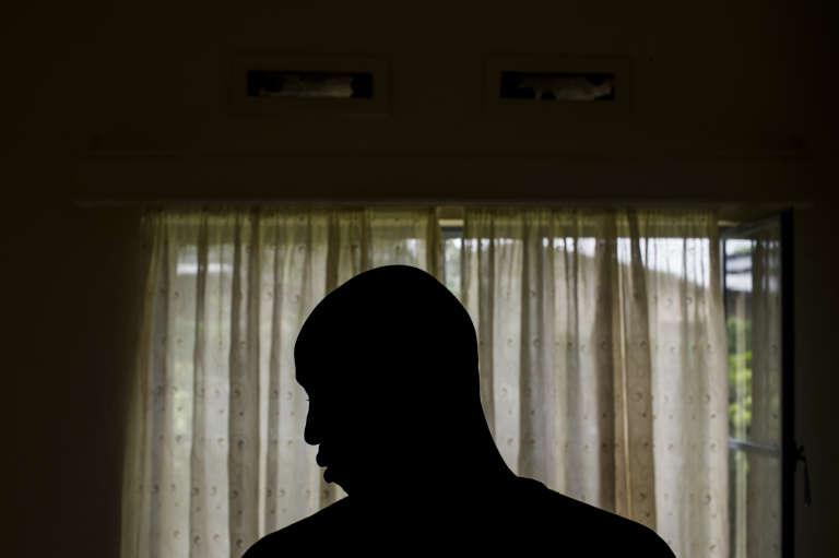 Un homme souhaitant rester anonyme montre les cicatrices et les ecchymoses laissées par la torture qu'il a endurée aux mains des agents de renseignement pendant sa détention. Il a pu être libéré contre le versement de pots de vin aux service de renseignement burundais.
