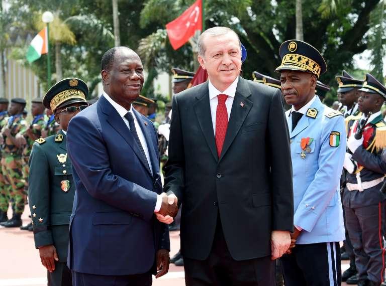 Le président turc Recep Tayyip Erdogan (à droite) et son homologue ivoirien Alassane Ouattara (à gauche) au palais présidentiel d'Abidjan, le 29 février 2016.