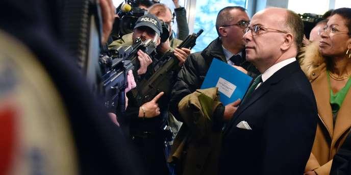 Bernard Cazeneuve, avec des policiers de la brigade anticriminalité, à Paris, le 29février.