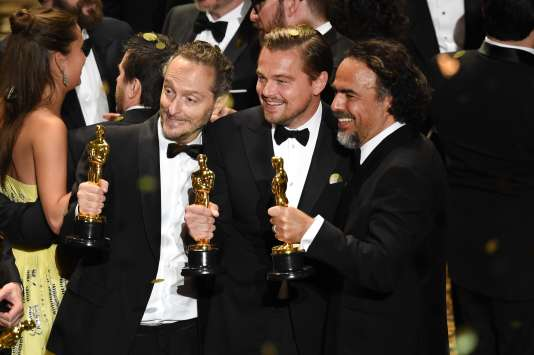 """Les trois primés pour le film """"The Revenant"""", Emmanuel Lubezki, Leonardo DiCaprio et Alejandro Gonzalez Iñarritu, lors de la 88e édition des Oscars."""