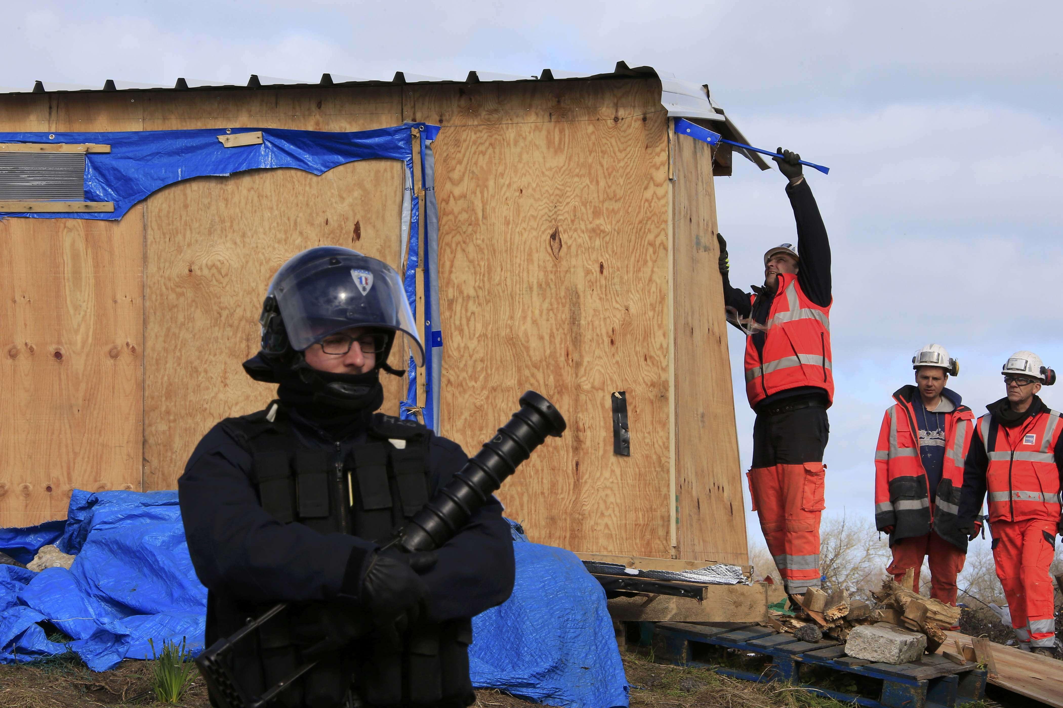 Une vingtaine de salariés d'une entreprise de travaux publics ont commencé à démonter des abris dès le début de la matinée dans la partie sud du bidonville de Calais, où vivent de 800à 1000migrants selon la préfecture, 3450selon les associations.