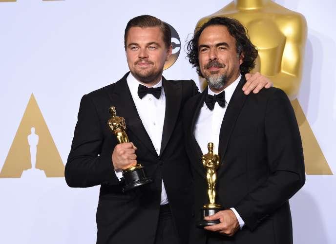 Leonardo DiCaprio et Alejandro Gonzalez Iñárritu avec leurs Oscars lors de la 88e cérémonie à Los Angeles, le 28 février 2016.