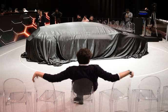 Une voiture du constructeur Italdesign sous sa bâche au salon de Genève, le 29 février 2016.