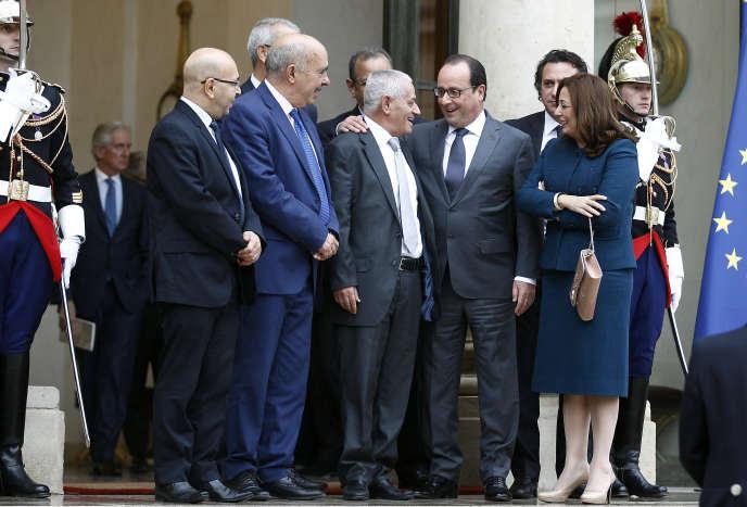 François Hollande avec les représentants du «Quartet du dialogue national» tunisien  sur le perron de l'Elysée, en octobre2015.