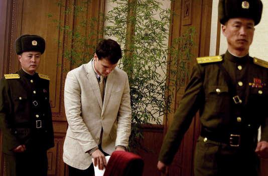 L'étudiant américain Otto Warmbier à son arrivée à la Maison de la culture du peuple à Pyongyang, le 29 février.