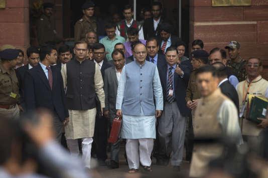 Le ministre des finances indien, Arun Jaitley , quitte le Parlement, à New Delhi, après la présentation du  budget annuel, lundi 29 février.