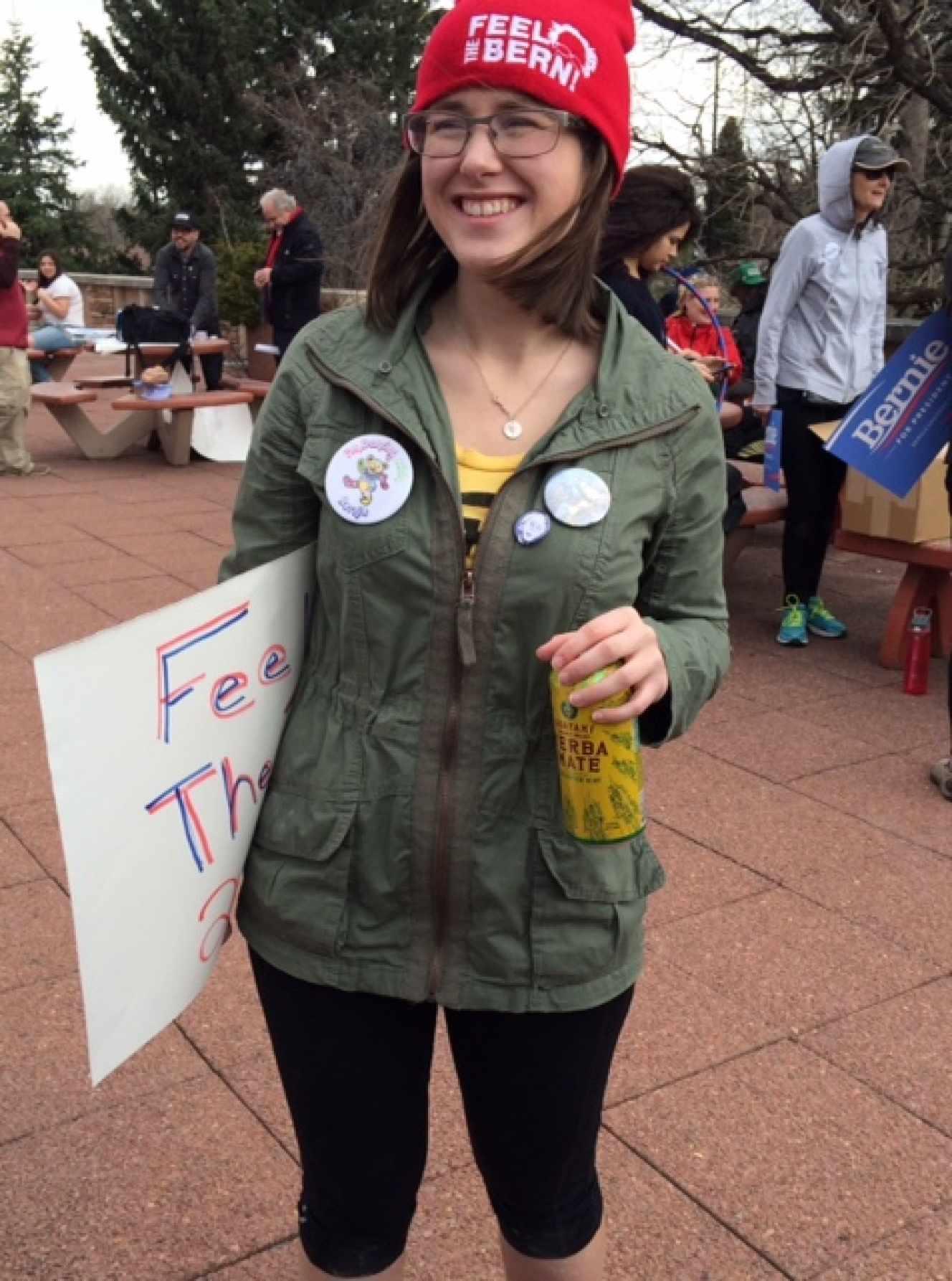 Ylie Marchiori, de 21 anys, en una pro-bernie reunint-se a Boulder (Colorado). A la seva insígnia: