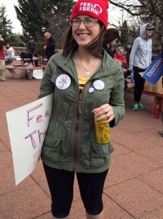 "Ylie Marchiori, 21 ans, dans un rassemblement pro-Bernie à Boulder (Colorado). Sur son badge: ""Dancing with Bernie"""