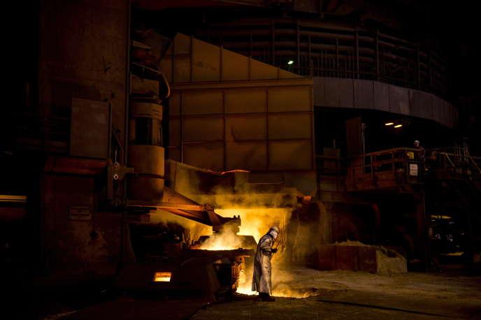 Un travailleur sur le site d'Arcelormittal à Dunkerque.