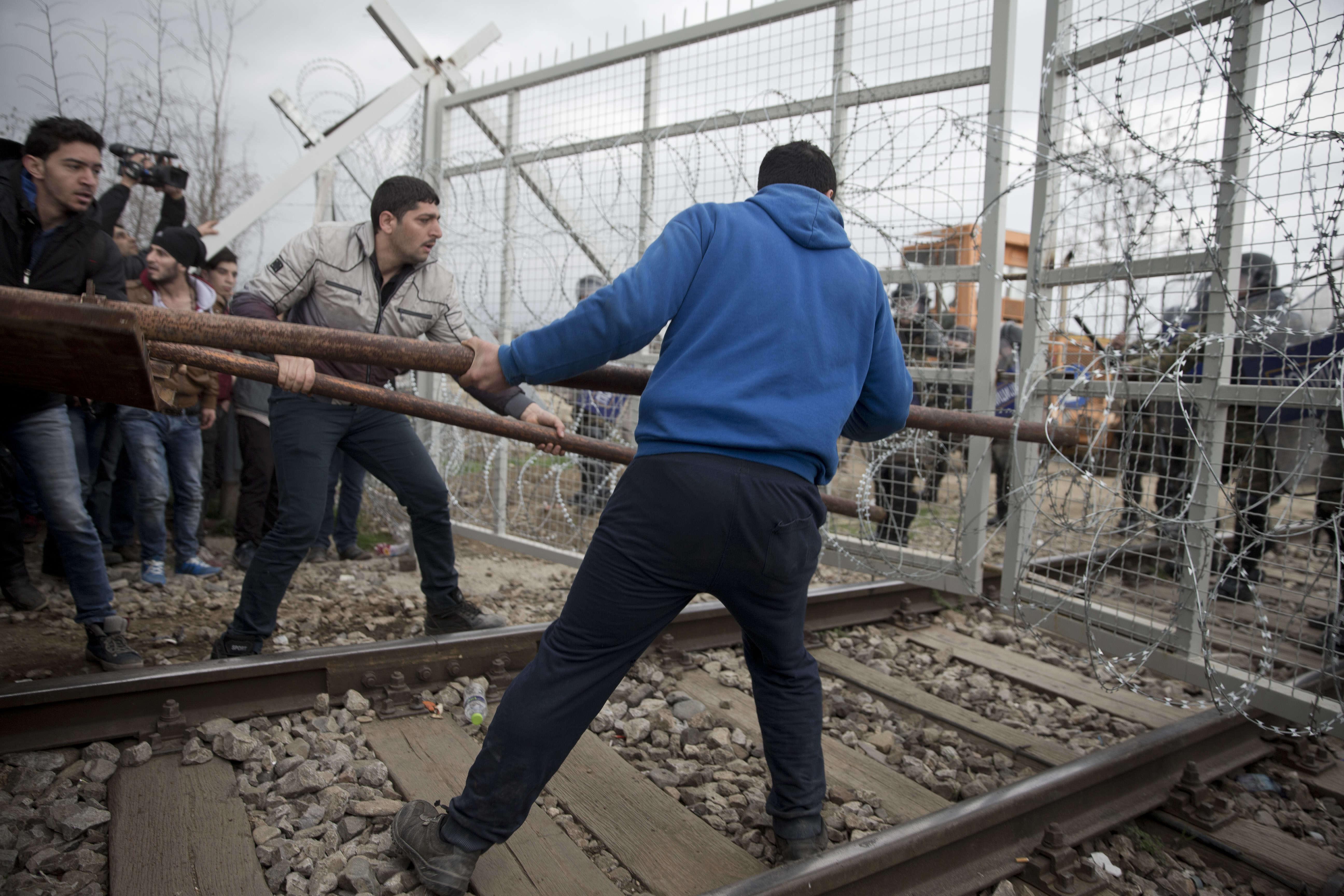 Lundi 29 février, un  groupe de 300 personnes, dont des femmes et des enfants, ont forcé un cordon de police grec et enfoncé une partie de la barrière de barbelés marquant la frontière avec la Macédoine.