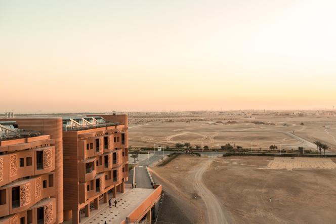 Masdar City, située à 20 km du centre-ville d'Abou Dhabi, devrait coûter 14,4milliards d'euros et accueillir à terme 52 000 habitants.