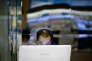 Un homme regarde un écran d'ordinateur à Séoul en juillet 2014.