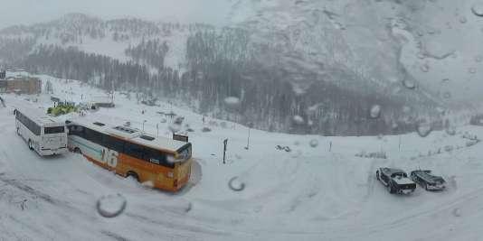 Une avalanche a coupé la route d'accès à la station de sports d'hiver d'Isola 2000 (Alpes-Maritimes) lundi 29 février.