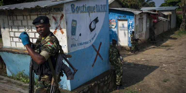 Les soldats de l'armée bouclent une partie «contestée» de quartier de Mutakura, à Bujumbura, auBurundi, le26janvier.