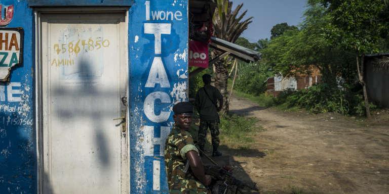 """Les soldats de l'Armée bouclent une partie du quartier """"contesté"""" de Mutakura à Bujumbura, au Burundi, le 26 Janvier 2016. Aujourd'hui, l'armée et la police dirigent des perquisitions à la suite d'une attaque à la grenade la veille contre une position militaire dans le quartier."""