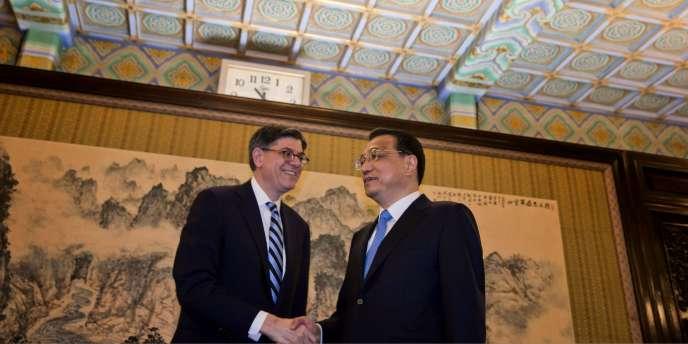 Le secrétaire américain au Trésor, Jacob Lew, et le premier ministre chinois Li Keqiang, à Shanghaï, lundi 29 février.