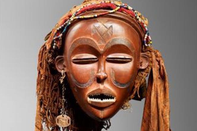Le masque Mwana Pwo datant de la fin du XIXe siècle, et réclamé par le collectionneur d'art Sindika Dokolo.