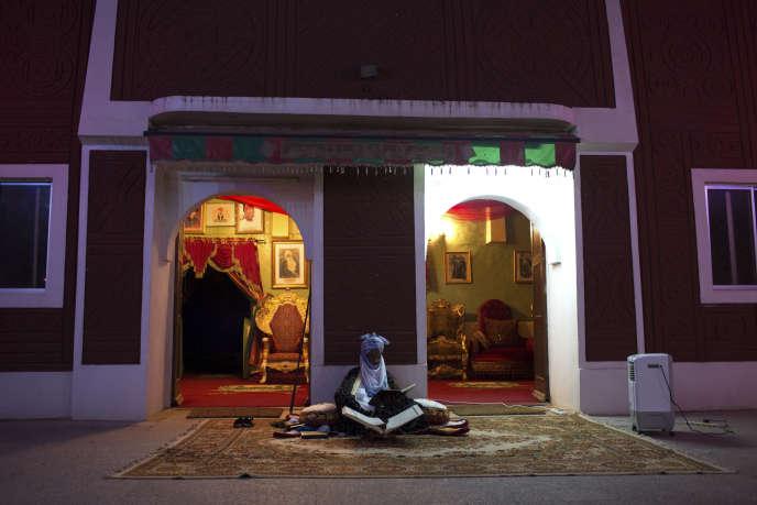 Muhammadu Sanusi II, émir de Kano, lit le Coran dans son palais.