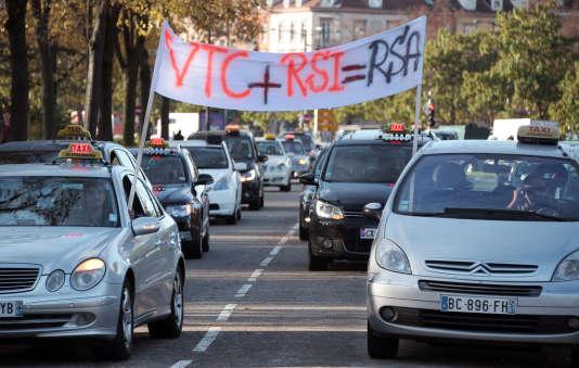 """""""Le processus mis en place par le premier ministre se confronte à deux confusions qui l'enrayent: confusion sur le rôle du médiateur et confusion sur le rôle du gouvernement """" (Photo: manifestation de taxis contre les VTC en 2014 à Strasbourg)."""