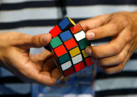 Derrière ce jeu simple en apparence se cache les groupes finis, une théorie mathématique qui intervient dans les phénomènes de symétrie, comme l'explique un nouveau Mooc (cours en ligne) qui débute le 22 février 2016.
