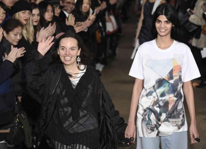 La styliste Christelle Kocher avec un de ses modèles lors du défilé prêt-à-porter Koché, le 1er mars, à Paris.