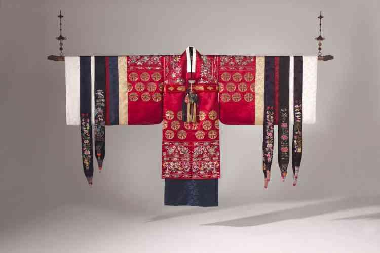 Une somptueuse robe de mariée, brodée de fils de soie et couchure de fils d'or, de 2,28 m de large, d'une manche à l'autre, et 1,55 m de haut.