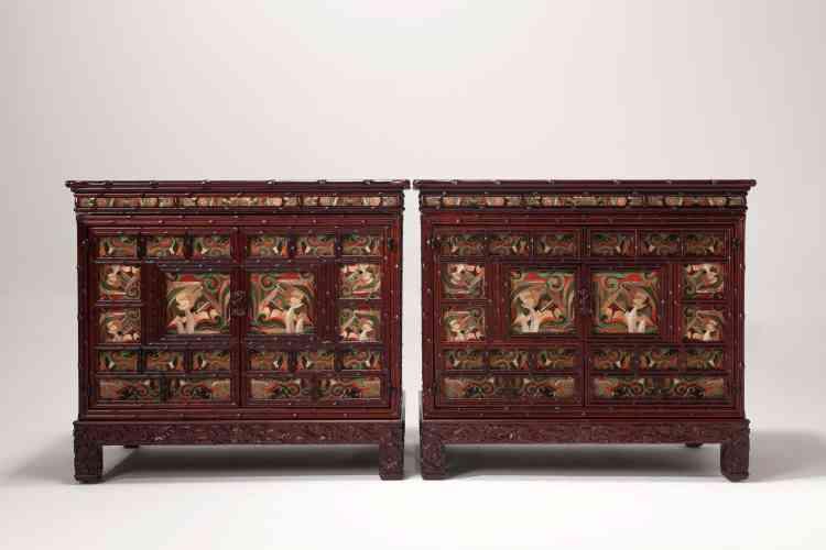 Ces broderies en cartouches, qui habillent et animent  les parois de ces coffres, rappellent la minutie des scènes picturales égaillant les cabinets napolitains de la Renaissance italienne.