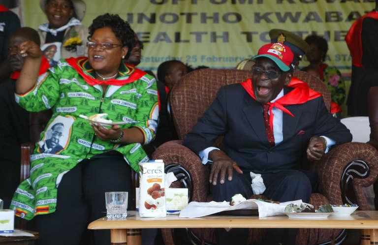 L'ancienne vice-président du Zimbabwe, Joice Mujuru, et le président Robert Mugabe en février 2012 à Mutare.