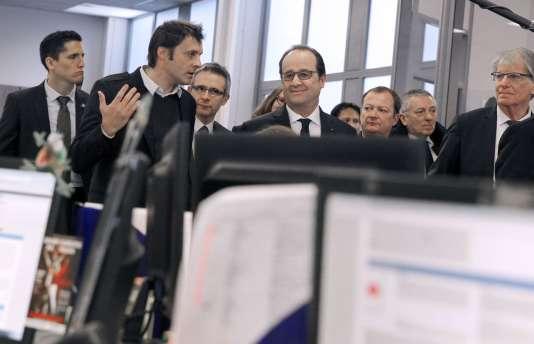 Aux jeunes salariés qui lui font face, François Hollande dit: «Vous avez des parcours fragmentés, avec des stages, etc. D'où l'importance de se stabiliser avec un contrat à durée indéterminée.»