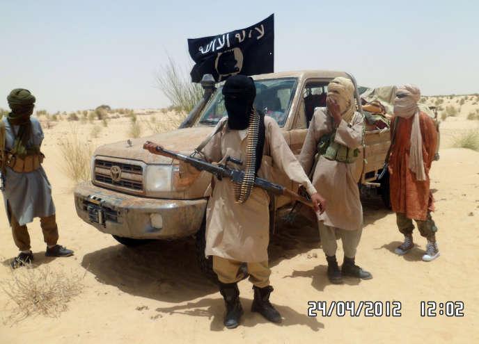 Des combattants islamistes du groupe Ansar Dine en 2012 près de Tombouctou.