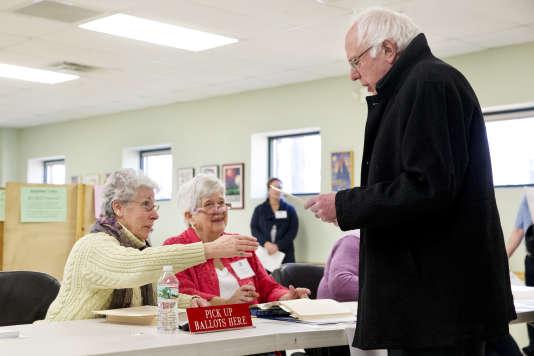Le candidat à l'investiture démocrate Bernie Sanders votant, lors du Super Tuesday, mardi 1er mars, à Burlington, dans le Vermont.