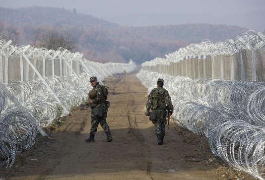 Des dizaines de milliers de réfugiés se retrouvent coincés après la quasi-fermeture de la route des Balkans.