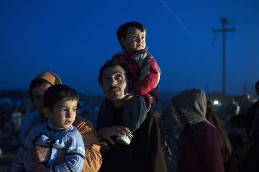 Des migrants font la queue lors d'une distribution alimentaire organisée à la frontière gréco-macédonienne.