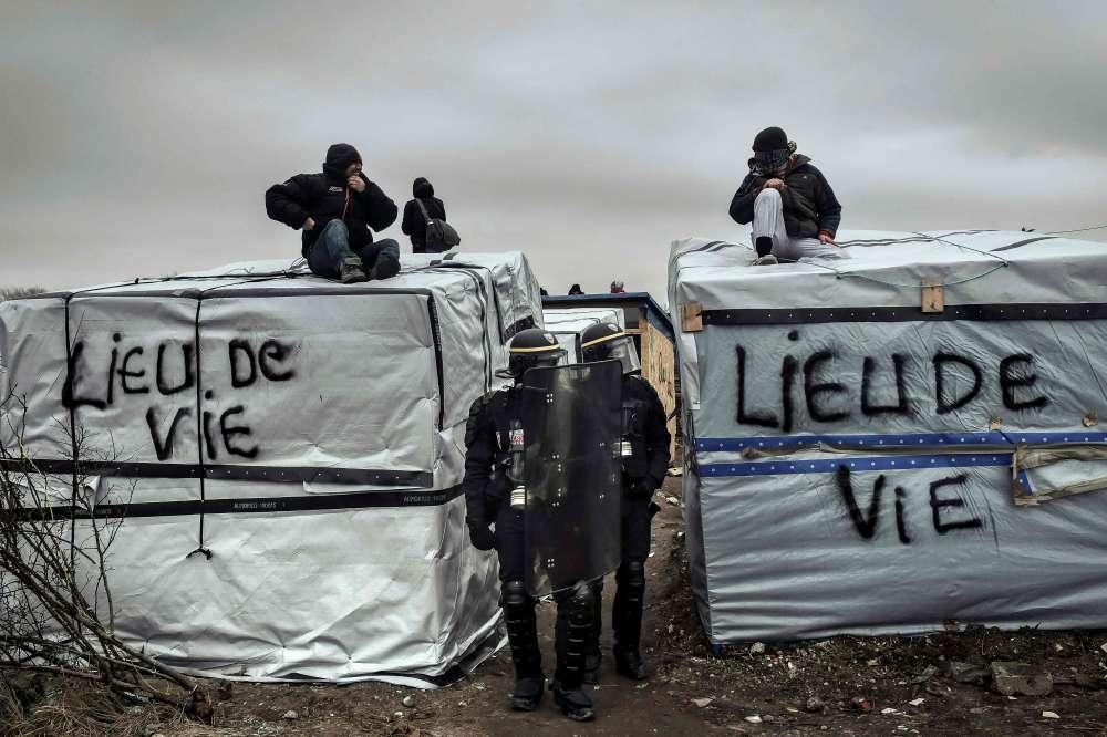 """""""Cette opération va se poursuivre dans les jours qui viennent avec calme et méthode, en offrant une place à chacun, comme le gouvernement s'y est engagé"""", a expliqué Bernard Cazeneuve dans un communiqué."""