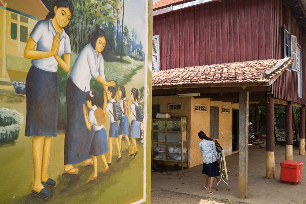 Dans les environs d'O Réang Euv, à une centaine de kilomètres à l'est de Phnom Penh, François Ponchaud a ouvert deux centres pour héberger des adolescents de familles pauvres et leur permettre de poursuivre des études. Dans l'un d'eux, une maternelle a été créée.