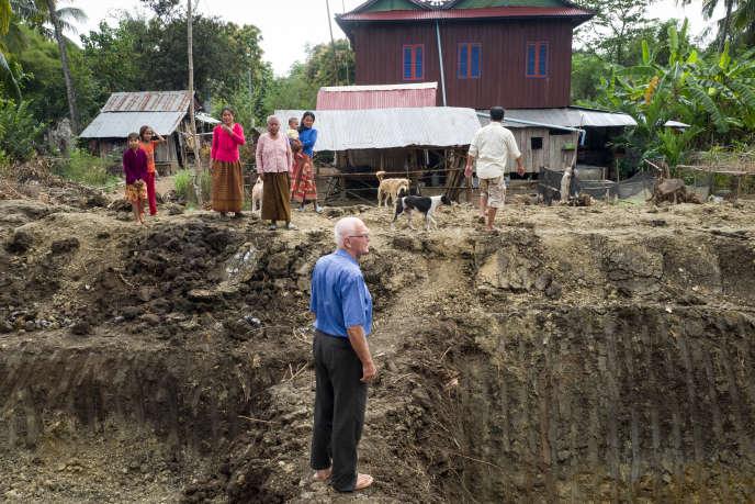 François Ponchaud, 77 ans, sur lechantier d'uncanal creusé sous le régime des Khmers rouges, en janvier, àORéang Euv, auCambodge.