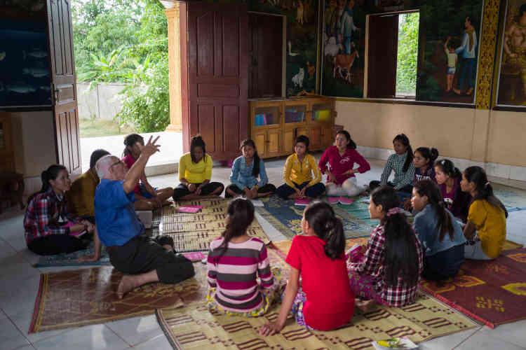 Dans l'église d'inspiration bouddhique qu'il a bâtie à Chamlak, près d'O Réang Euv, dans l'un des deux centres où il accueille les jeunes qu'il aide, un Jésus ressuscité, portant un krama, le foulard traditionnel cambdogien, accueille le fidèle. Ici, le catholicisme s'est «khmérisé».