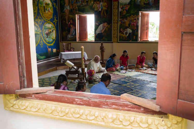 Tous les dimanches, le père Ponchaud accueille les quelques fidèles catholiques de Chamlak.