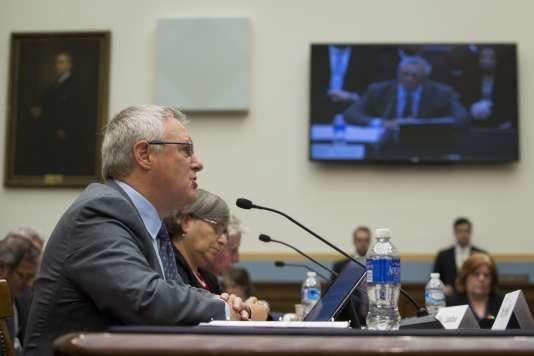 L'avocat en chef d'Apple, Bruce Sewell, lors de son audition par la commission parlementaire sur la justice, le 1er mars.