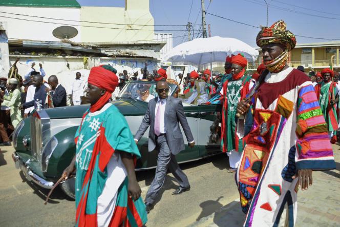 L'émir de Kano Sanusi II, dans la Rolls Royce verte du palais, escorté de membres de sa cour, ici en juillet 2014.