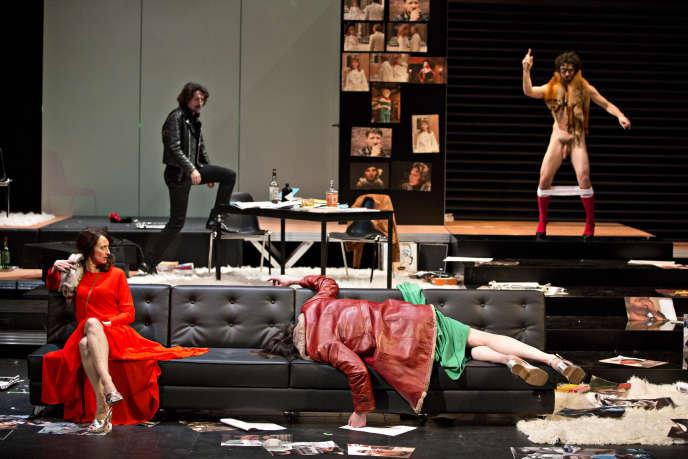 De gauche à droite : Judith Henry en robe rouge, Stanislas Nordey en cuir, Thomas Gonzalez, nu et Laurent Sauvage, allongé dans